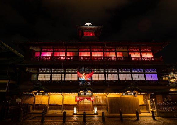 道後温泉本館に火の鳥が到来。明治の改築当時の北側入口が復活し、ネイキッドによる光のアートがスタート。 | PONYCANYON NEWS