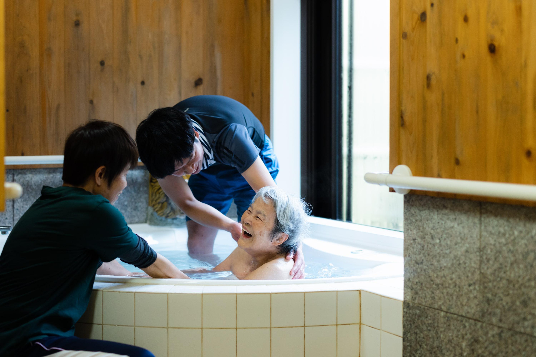 """""""行ける""""ところではなく、""""行きたい""""ところへ。佐賀県の嬉野温泉が「シニアに人気の温泉ランキング」全国1位に3年連続で選ばれたワケ   greenz.jp グリーンズ"""