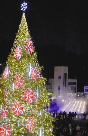 東京新聞:草津温泉の源泉近くに 14メートルクリスマスツリー:群馬(TOKYO Web)