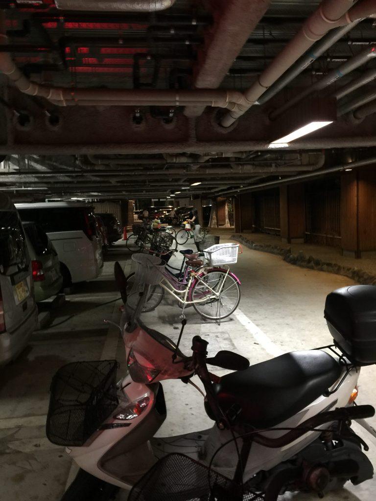1Fの駐車場、駐輪場。配管とパイプ!って感じ。若干興ざめか。
