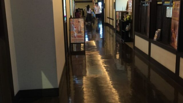 この廊下、なんだかわくわくしてきませんか?(笑) / 国立温泉 湯楽の里