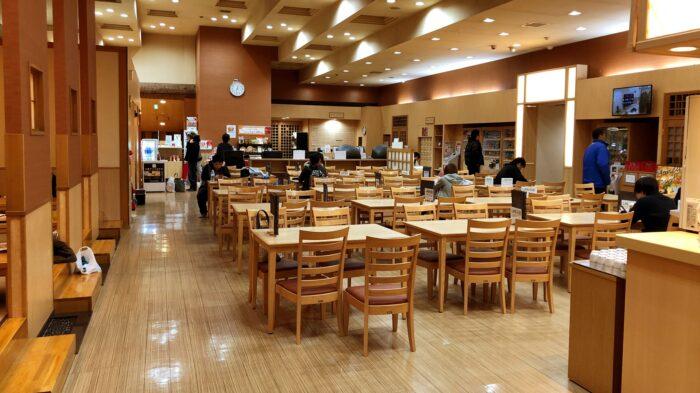 食事処はテーブルと座敷がある。