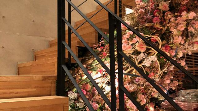 天神湯 階段には綺麗な生け花が。