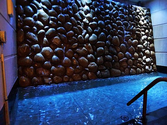 オアシス サウナ アスティル_青くライトアップされた石組みから流れ落ちる冷水。チラーが効いて最高!