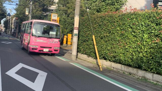 徒歩中にすれ違う。ピンクの送迎バス。