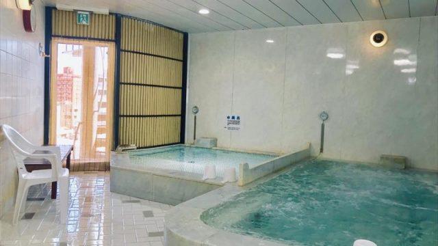 左が水風呂。現在は壁にTVあり(公式HPより)