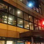 ファンタジーサウナ&スパ おふろの国 闇夜に浮かぶ赤い文字。建物自体は大きく見えない。
