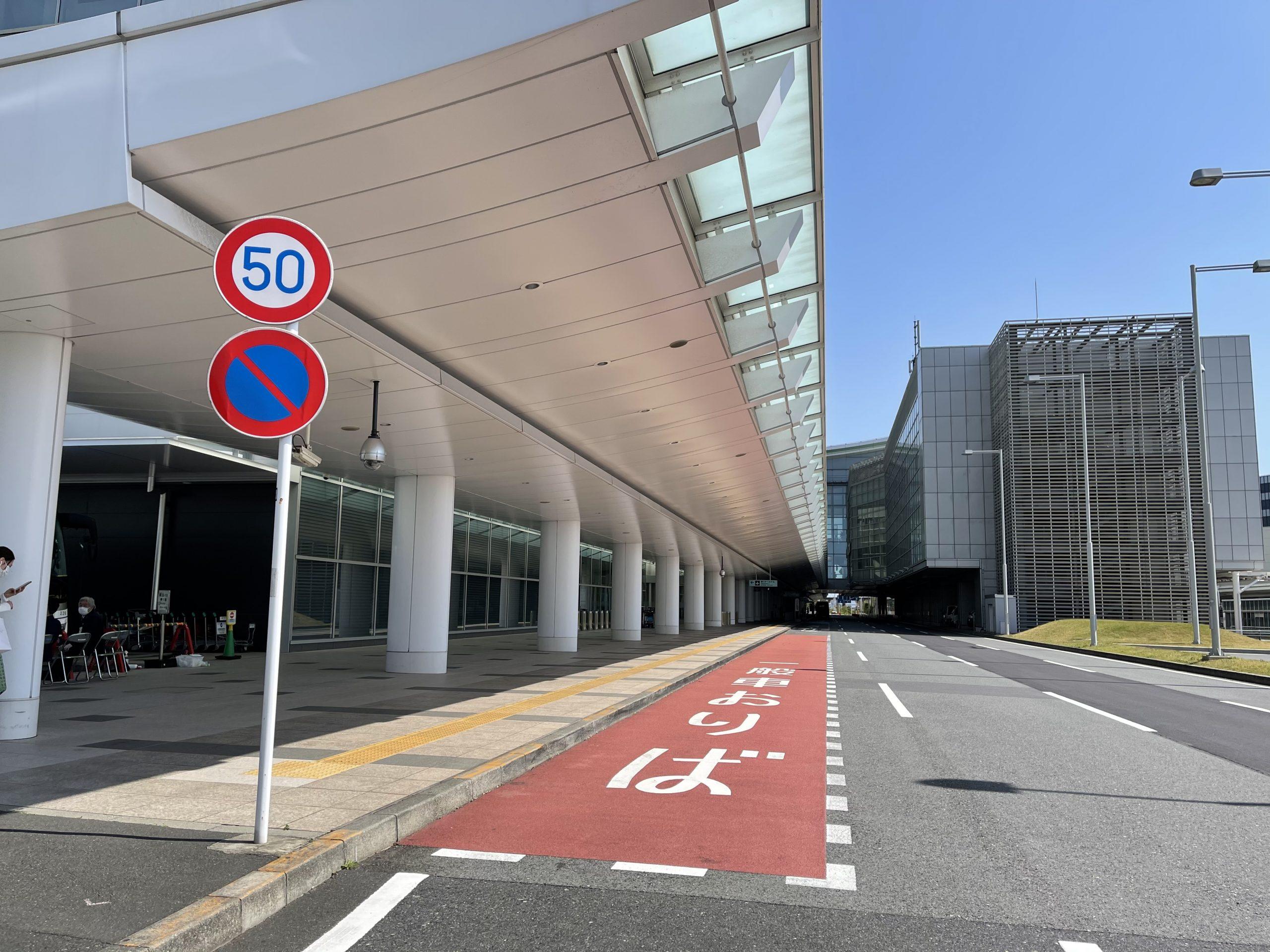 閑散とした第三ターミナル。国際便の往来を待つ。