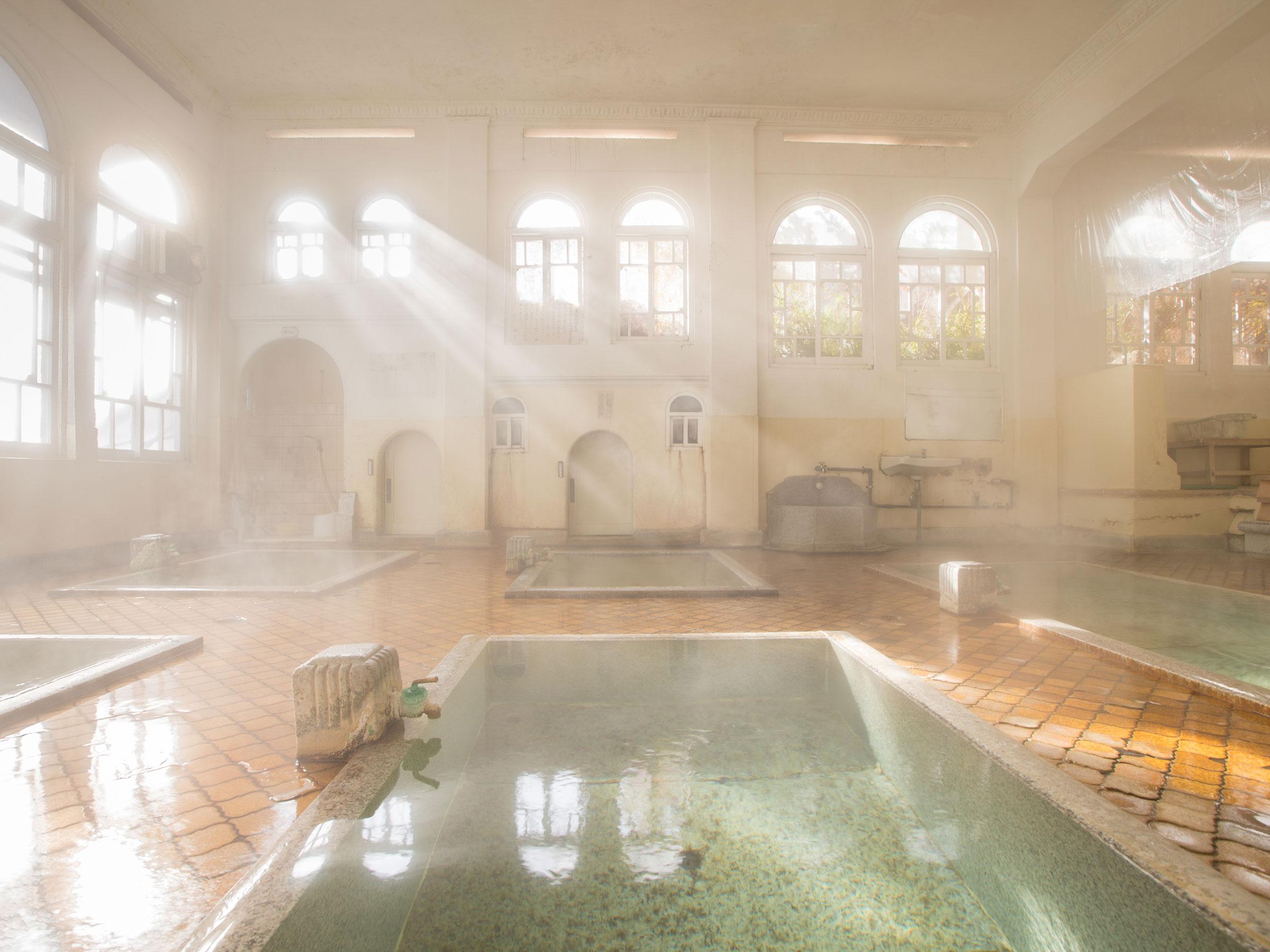 窓から朝日が降り注ぐ四万温泉の宿 「積善館」の神々しい浴場で湯に浸る – 最新ライフスタイルニュース一覧 – 楽天WOMAN