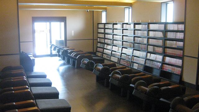 岩盤浴専用お休み処。蔵書は2500冊。(公式HPより)