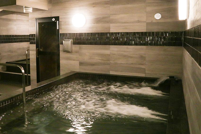 左が水風呂・扉がサウナ入口で導線は良い:おもてなしのお宿HP