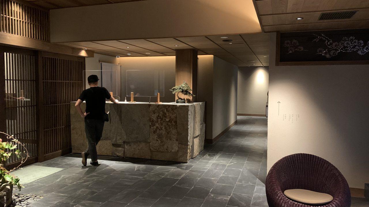 フロントより左側に宿泊専用用入口カード管理有。右側が茶寮と割烹。手前側にお風呂。