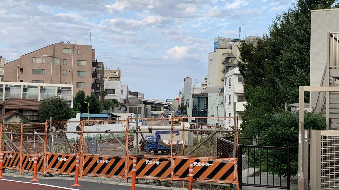 小田急の線路はストリートへ。下北沢駅を見る。