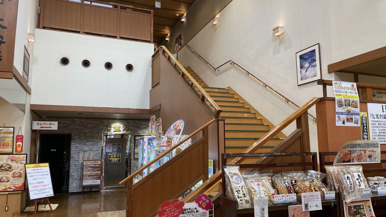 階段は1階真ん中に8エレベーターもあり)