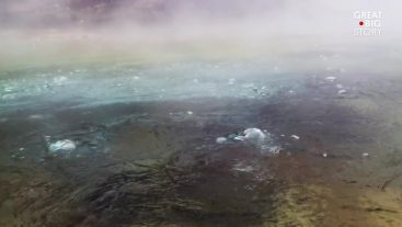 アマゾン・ペルーの煮えたぎる川。長さ6キロ幅24m