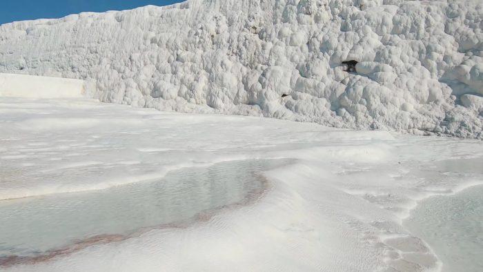 白亜の天然露天温泉トルコ・パムッカレの青い源泉