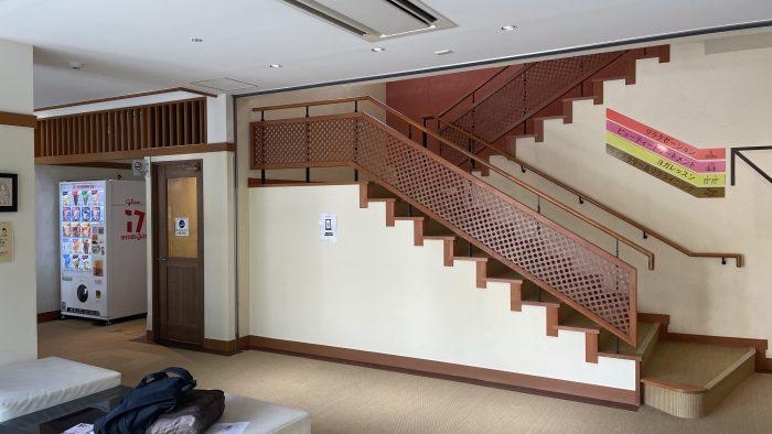 2階へ続く階段。証明とか変えないのかな…